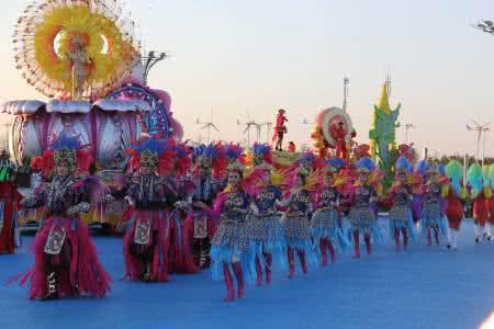 泰国宋干节庆祝活动开启 花车游行点亮曼谷
